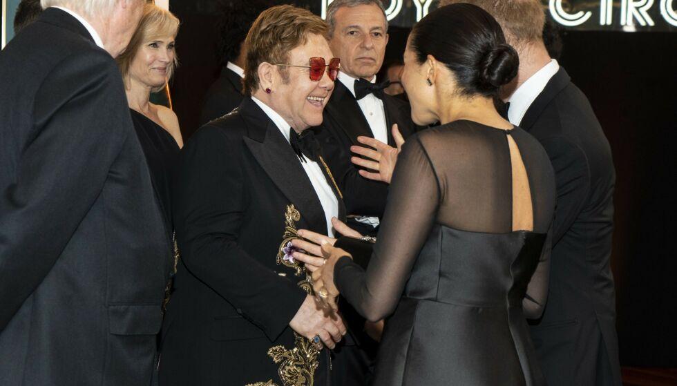 GLEDELIG GJENSYN: Elton John var naturligvis til stede under premieren, og hertugparet fikk et gledelig gjensyn med sin gode venn. Foto: NTB Scanpix