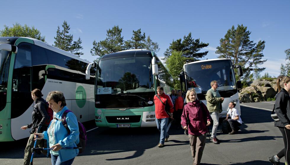 FLERE BUSSER: Flere busslaster med turister ankommer parkeringsplassen ved oppstigningen til Preikestolen. Foto: Kristian Ridder-Nielsen / Dagbladet