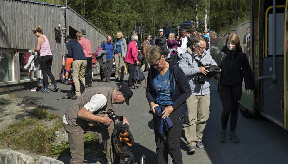 HAR SATT INN TILTAK: Stiftelsen Preikestolen har blitt nødt til å øke bemanningen på grunn av økningen i antall turister. Foto: Kristian Ridder-Nielsen / Dagbladet
