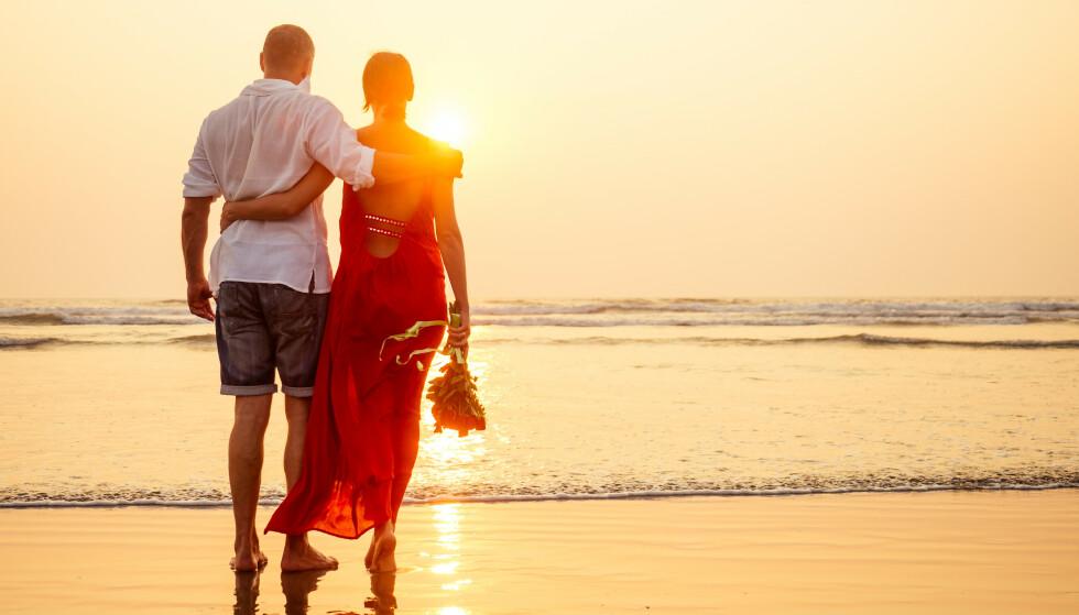 Tid for ømhet: I ferien kan omsorgen vise seg som et ekstra håndkle i strandkurven, skriver samlivsekspert Bjørk Matheasdatter. Foto: NTB Scanpix
