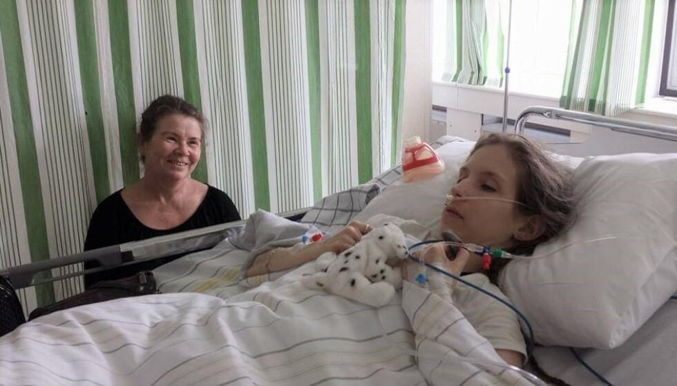 MOR OG DATTER: Hege Cecilie Moe og mamma Vivi Elisabeth Vilberg Moe på sykehuset. Foto: Privat