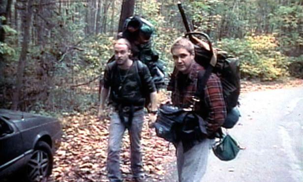 PÅ SKOGSTUR: Michael Williams og Joshua Leonard i «The Blair Witch Project». Foto: NTB Scanpix