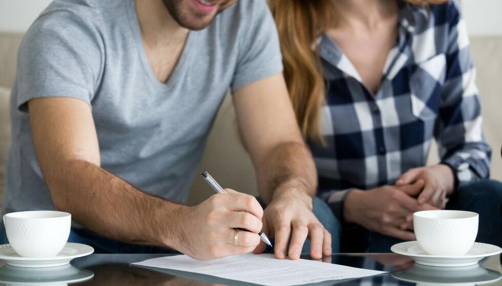 Få er åpne: Mange unnlater å snakke med partneren sin om økonomi. - Dermed oppstår det ofte overraskelser. Både ved boligkjøp og i samlivsbrudd avdekker bankene ofte stor usikret gjeld og uryddig økonomi. Illustrasjonsfoto: Shutterstock / NTB Scanpix
