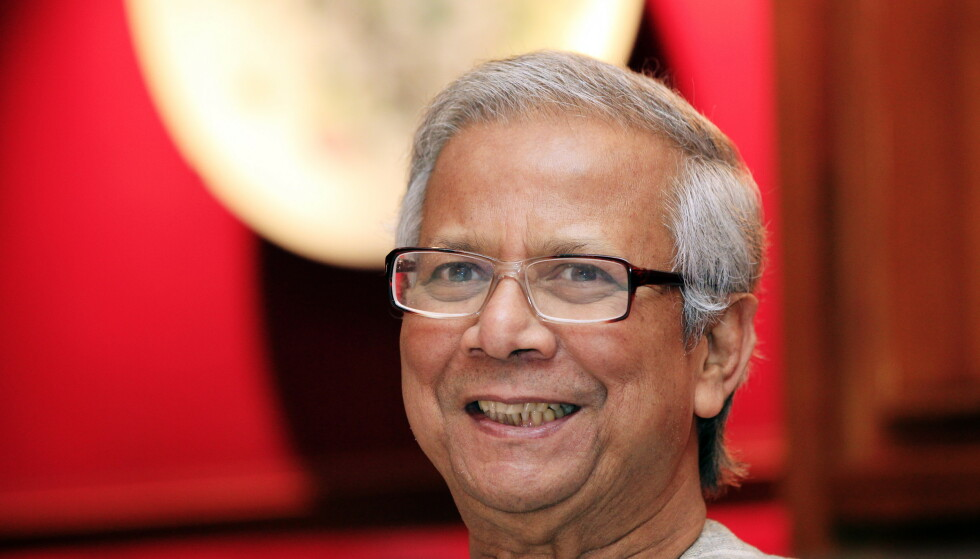 HYLLES: Den bangladesiske fredsprisvinneren Muhammad Yunus hylles i Stavanger med en bronseplate. Den skaper nå debatt. Foto: Cornelius Poppe / SCANPIX