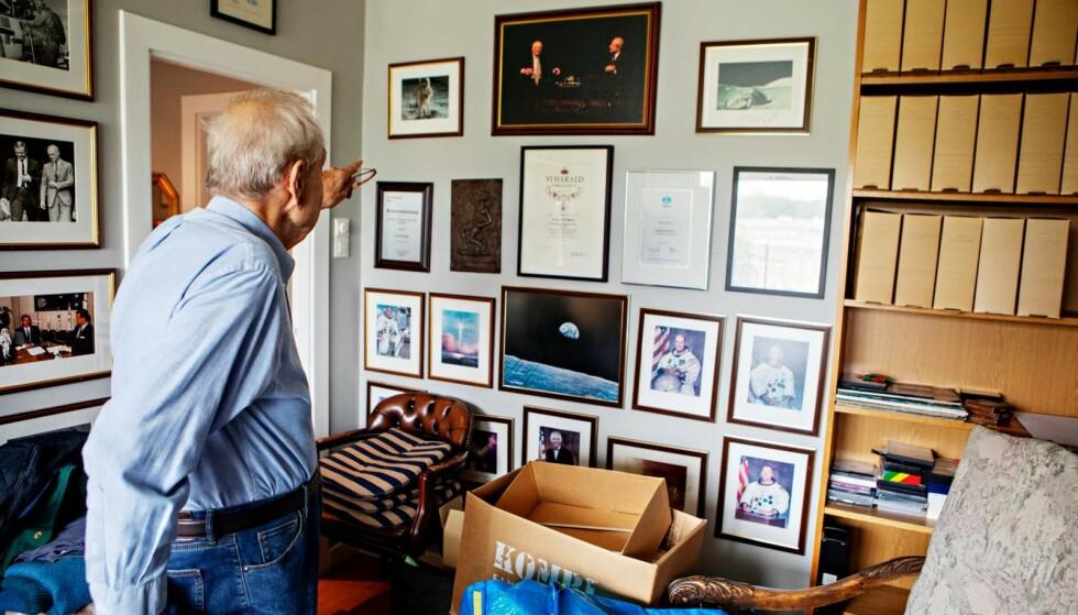 KUNNSKAPSRIK: Hjemme hos Erik Tandberg er bokhyllene stappfulle med litteratur om verdensrommet. På en vegg henger bilder av kjente astronauter - signert med en personlig hilsen til ham. Foto: Frank Karlsen / Dagbladet