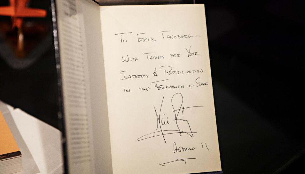 PERSONLIG HILSEN: Erik Tandberg har møtt mange astronauter, forteller han - blant dem Neil Armstrong - som har skrevet en hilsen til ham her. Foto: Frank Karlsen / Dagbladet