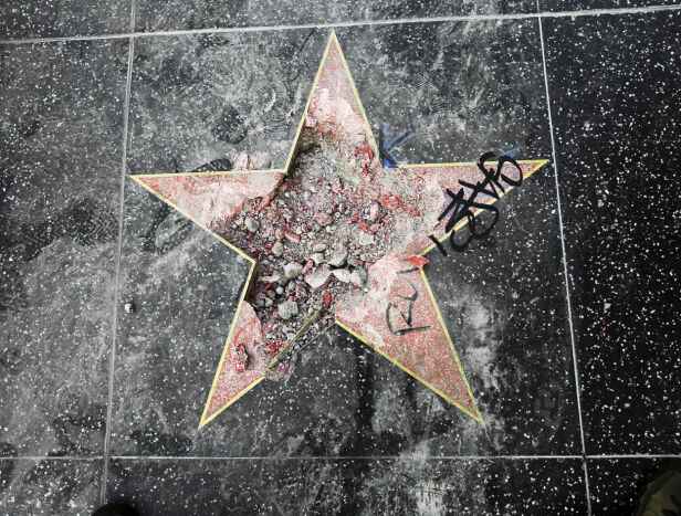 KNUST: I fjor ble stjernen til Donald Trump nok en gang rasert og totalt ødelagt. Foto: NTB Scanpix