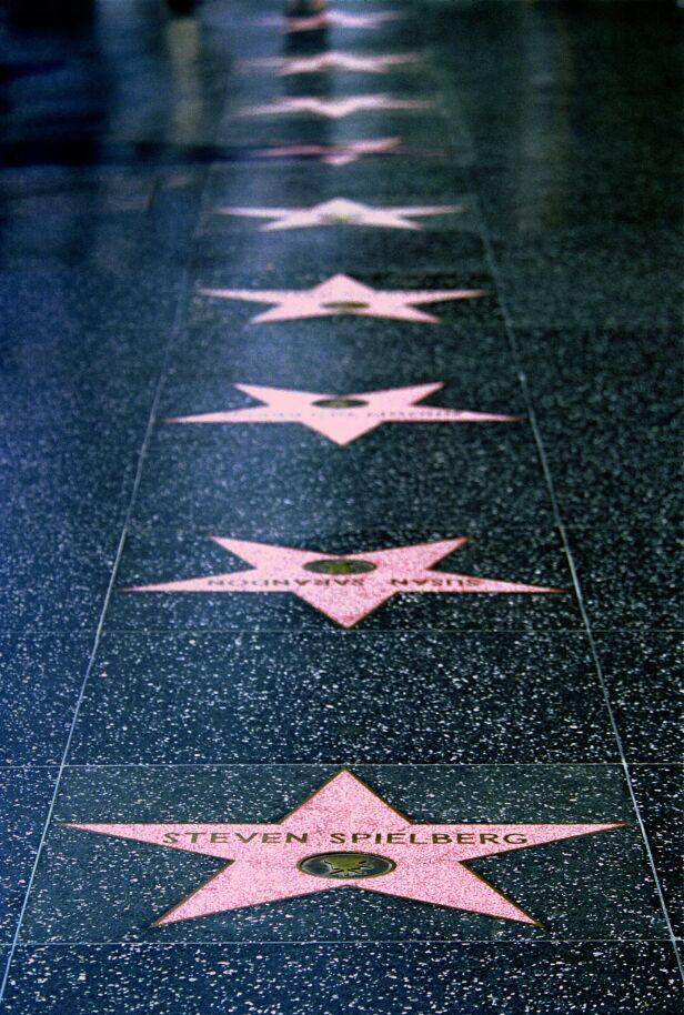 STORE STJERNER: Slik ser de mye omtalte fortauene ut. De som har blitt foreviget på Hollywood Walk of Fame har gjort seg svært godt bemerket i underholdningsbransjen. Foto: NTB Scanpix