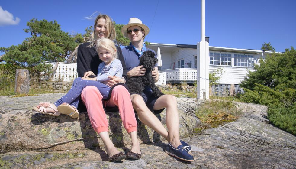 <strong>HYTTEFERIE:</strong> Monica og Henrik Myhre-Sandmark (begge 39), datteren Adelle (4) og hunden Dallas (5 1/2) betaler eiendomsskatt for fritidsboligen ved Foten badeplass i Fredrikstad, men slipper så langt unna eiendomsskatt på primærboligen i Oslo. Foto: Lars Eivind Bones