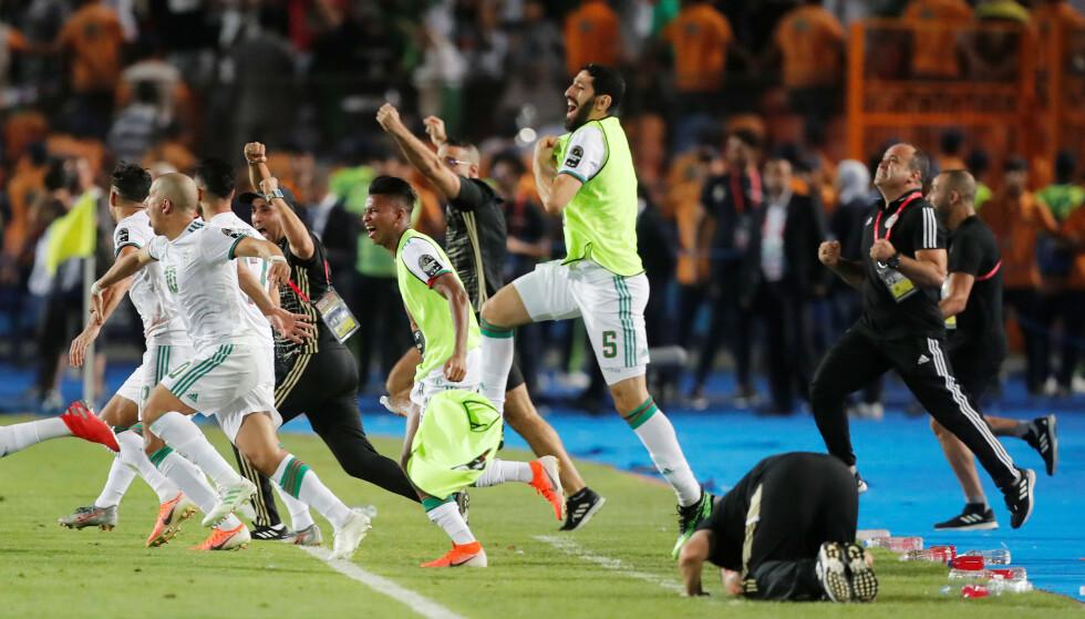 STOR JUBEL: Med 1-0-seier over Senegal i finalen fredag vant Algerie Afrikamesterskapet for andre gang. Avgjørelsen kom allerede etter to minutter. Foto: REUTERS/Amr Abdallah Dalsh/NTB Scanpix