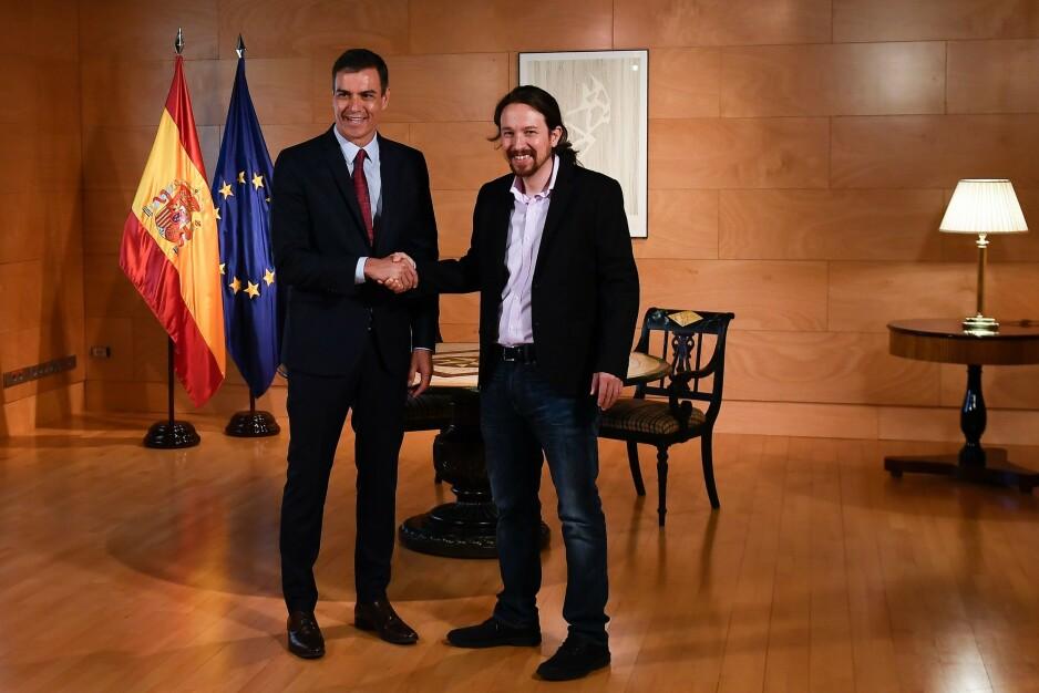 AVTALE: Statsminister Pedro Sánchez og lederen i Podemos, Pablo Iglesias, har ført samtaler i ukevis om å gi Spania ny venstreregjering. Det har bølget fram og tilbake. I uka som kommer avgjør Deputertkongressen om Sánchez lykkes. Han må få støtte fra flere enn Iglesias. Foto: PIERRE-PHILIPPE MARCOU / AFP / NTB Scanpix