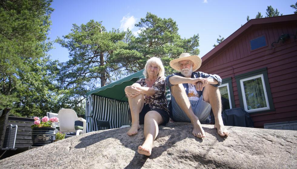 AVSLAPPENDE HYTTELIV: Bente og Petter Arnesen har eid hytta på Onsøy i Fredrikstad i 35 år. Nå som de er pensjonister, kan de være her hele sommeren. Foto: Lars Eivind Bones