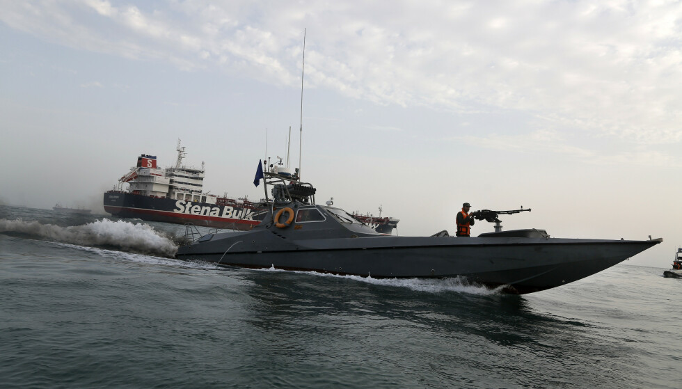 FARLIG: Et hurtiggående krigsfartøy fra Revolusjonsgarden i Iran ved den britisk-flaggede oljetankeren «Stena Impero», som ble ført til havn i Bandar Abbas i Iran søndag. Foto: Hasan Shirvani / Mizan / AP / NTB Scanpix