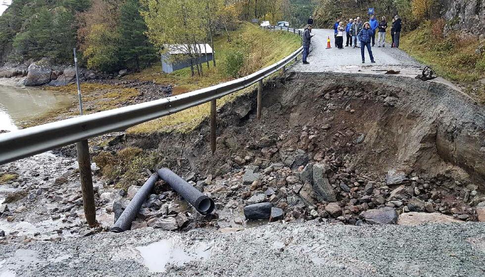 TATT AV FLOM: Mer enn 340 eiendommer er isolert etter at fylkesvei 291 i Snillfjord i Sør-Trøndelag er ødelagt flere steder på grunn av flomvann. NB! Mobilbilde. Foto: Marita Byberg Johansen / NTB scanpix