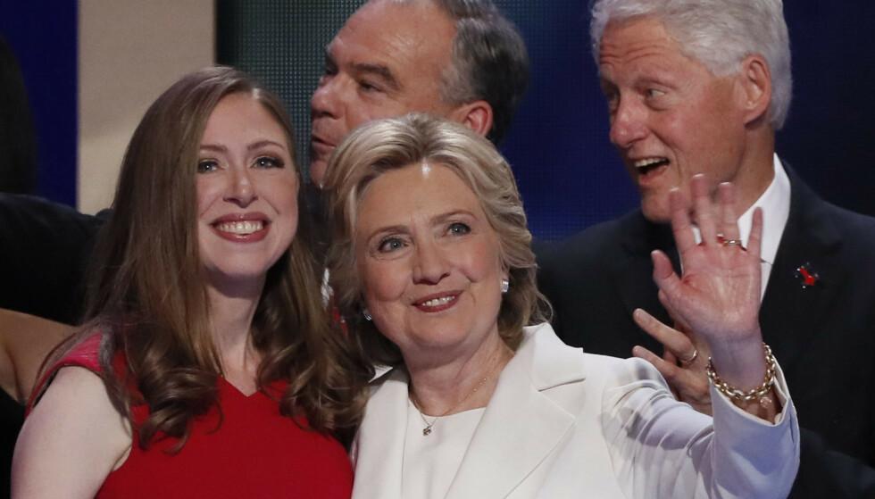 BLE MAMMA IGJEN: Chelsea Clinton (t.v) er datter av Bill og Hillary Clinton. Nå kan hun avsløre at hun har fått sitt tredje barn. Foto: NTB scanpix