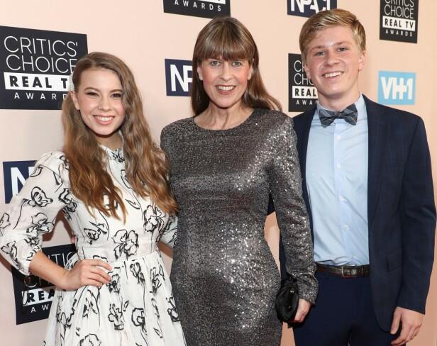 TV-SERIE: Akkurat som Kardashian-klanen har familien Irwin fått sin egen realityserie. Her er Bindi, Terri og Robert på rød løper. Foto: NTB Scanpix