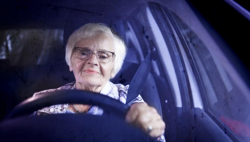 MYK OVERGANG: Mary Ottosen Delebekk trappet ned på jobben i Sarpsborg Blad før hun ble pensjonist på fulltid. 74-åringen tror det var med på å gi henne en god og myk overgang til livet som pensjonist. Foto: Lars Eivind Bones