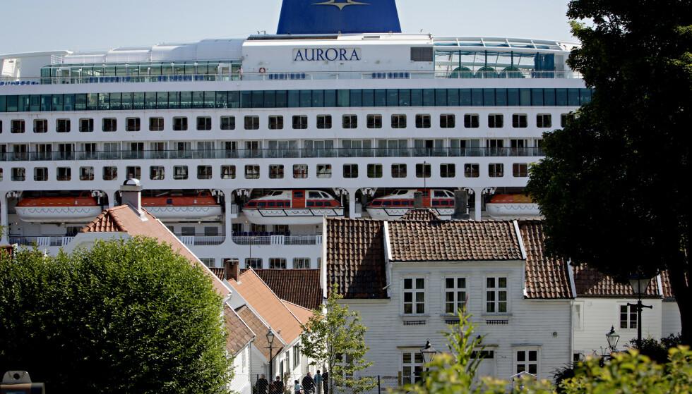 CRUISETURISME: I gamlebyen i Stavanger ligger cruiseskipene i Vågen tett på. Dette er bare en av flere byer hvor debatten om cruisenæringa har rast denne sommeren. Foto: Kristian Ridder-Nielsen / Dagbladet