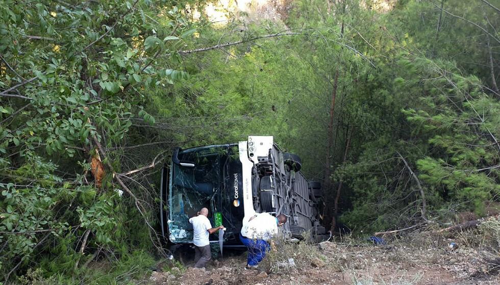 FLERE SKADD: Turbussen skal ha mistet kontrollen og veltet utenfor en skråning i Kemel, nær Antalya i Tyrkia. Den skal trolig ha vært på vei til flyplassen. Foto: AP