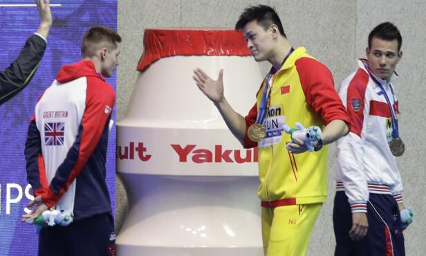 KONFRONTASJON: Yang skjelte ut Scott etter seremonien. AP Photo/Mark Schiefelbein