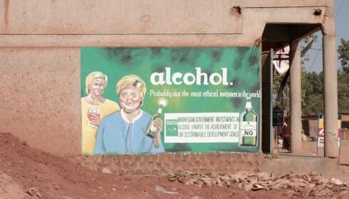 SIV OG ERNA PÅ VEGGEN: «Alkohol - neppe den mest etisk riktige investeringen i verden,» står det på ett av bildene med Siv Jensen og Erna Solberg som er malt på vegger i Uganda.