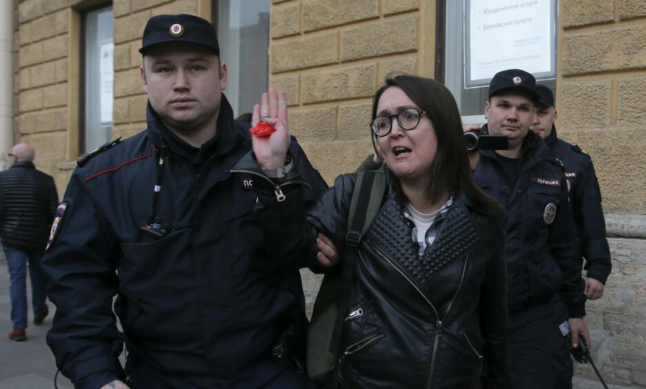 ARRESTERT: Jelena Grigorjeva ble arrestert under en demonstrasjon mot diskriminering i april i St. Petersburg. Foto: Anton Vaganov / Reuters