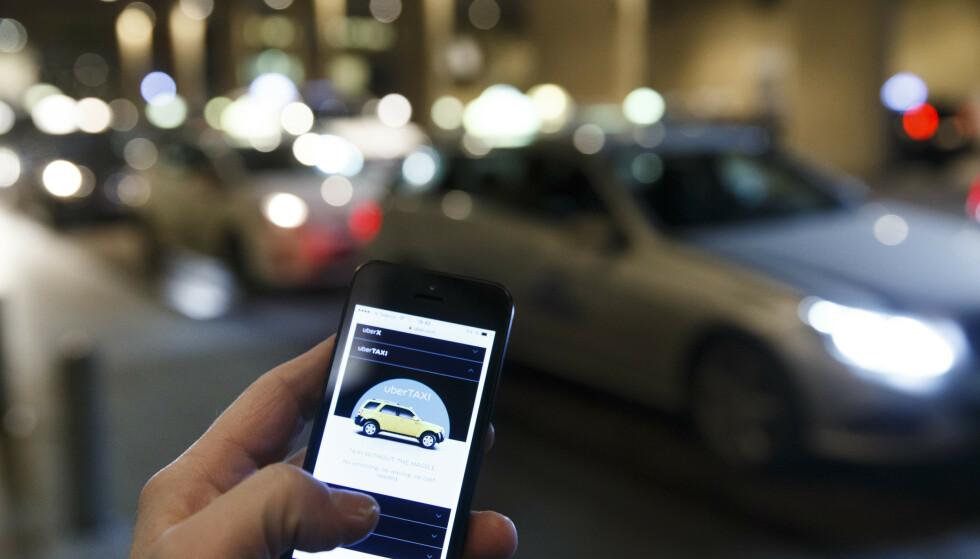 UBER ALT - EN STUND: For fem år siden kom app-baserte Uber inn som en konkurrent til de tradisjonelle taxi-selskapene, for seinere å bli stoppet. Kronikkforfatterne ønsker dem ikke velkommen tilbake. Foto: Heiko Junge / NTB Scanpix