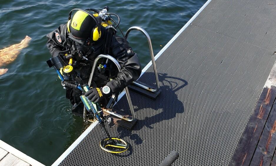 HENTET OPP: Natalie Harehjeld ble torsdag vitne til at tre el-sparkesykler ble hentet opp av vannet på Sørenga sjøbad. Foto: Natalie Harehjeld