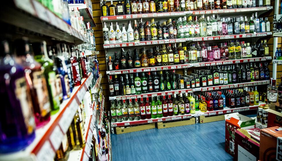 <strong>ALKOHOL:</strong> I en liten dagligvarebutikk i Magaluf finner man store mengder billig alkohol til salgs. Foto: Christian Roth Christensen / Dagbladet