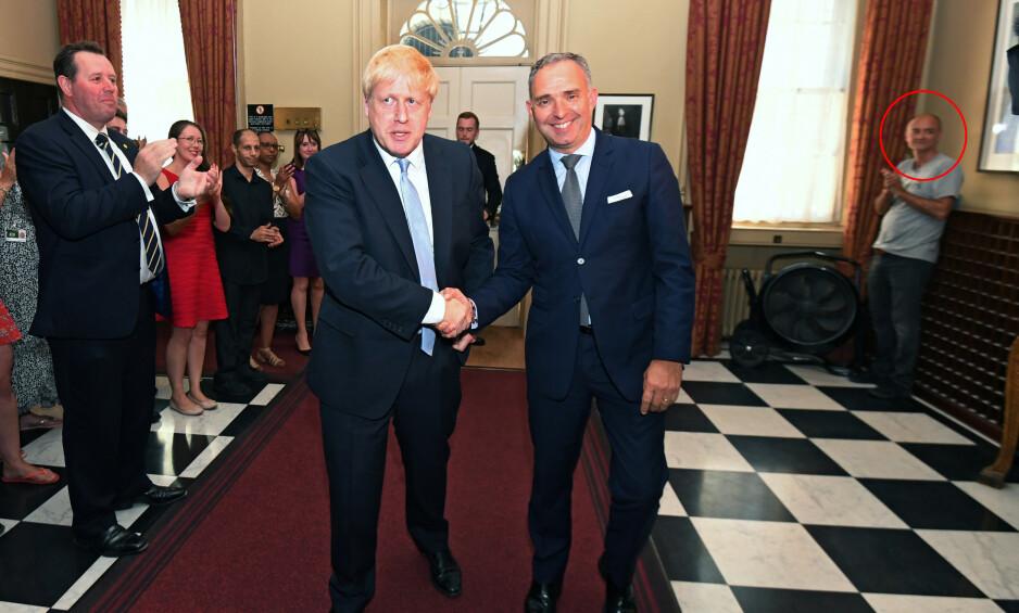 «MØRKETS FYRSTE»: Mannen i bakgrunnen til høyre heter Dominic Cummings, og er Boris Johnsons nye spesialrådgiver. Cummings var en av mesterhjernene bak brexit. Nå skal han hjelpe Johnson å realisere utmeldingen. Foto: NTB Scanpix