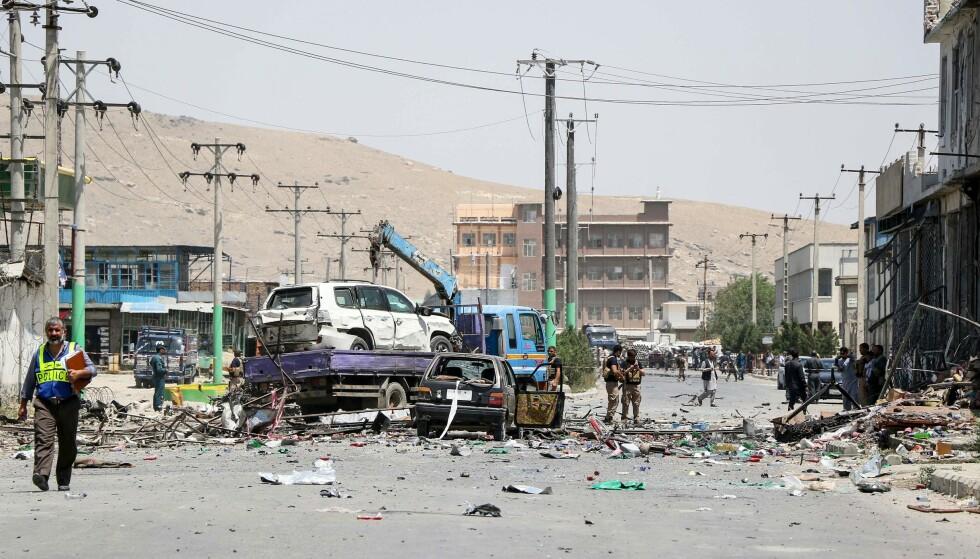 PLANLEGGER SAMTALER: Samtidig som forhandlingene med USA har pågått, har Taliban trappet opp angrepene i Afghanistan og kontrollerer nå omtrent halvparten av landet. Her fra åstedet for et selvmordsangrep i Kabul onsdag. Foto: AP / NTB scanpix