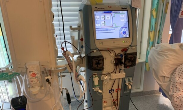 LIVSVIKTIG: Hadde det ikke vært for denne dialysemaskinen som renser Bakkes blod, hadde ikke manageren overlevd. Foto: Dagbladet