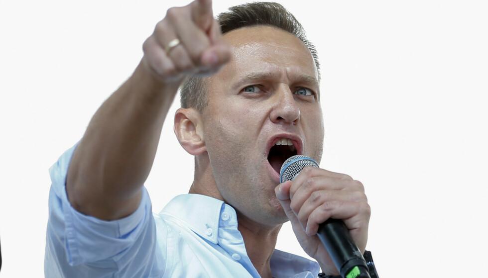 ALLERGISK REAKSJON: Den russiske opposisjonspolitikeren Aleksej Navalnyj er overført fra fengselet til sykehus, etter å ha fått en allergisk reaksjon. Her fra en demonstrasjon tidligere i juli. Foto: AFP / NTB Scanpix