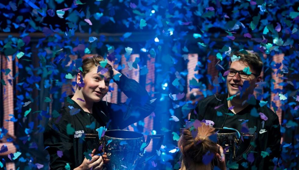 GULLVINNERNE: Emil Bergquist Pedersen (til venstre) vant duofinalen under VM i overlevelsesspillet Fortnite sammen med østerrikske David «Aqua» W. Her jubler de over seieren i New York lørdag kveld. Foto: NTB scanpix