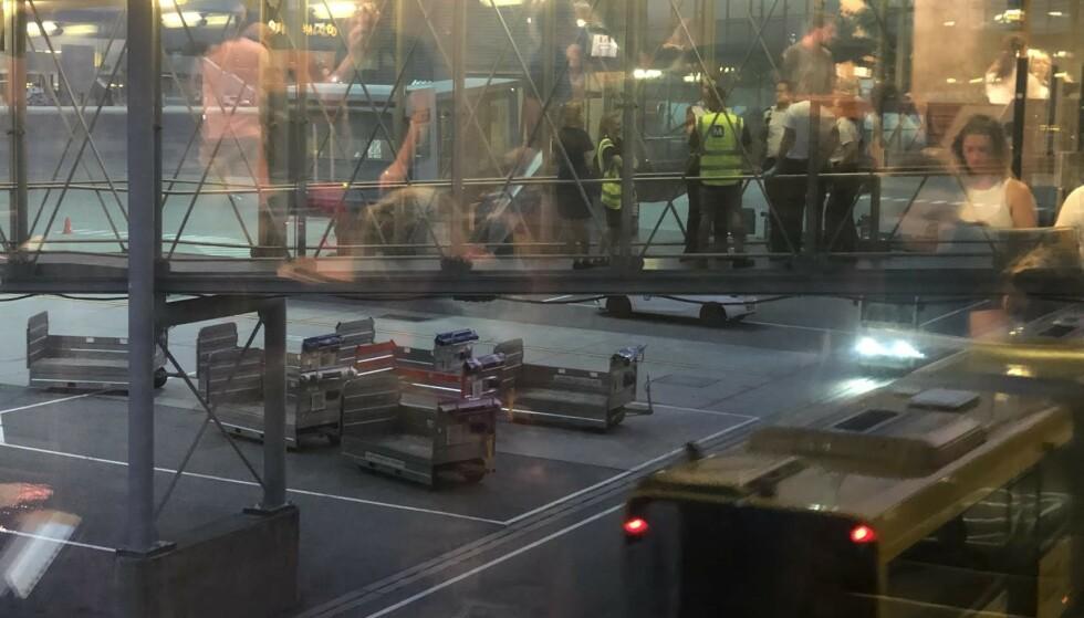 TRUSLER: Norwegian-flyet som skulle ta av til Stavanger 20.30 stoppet boarding da det mottok en bombetrussel. Nå sjekkes all bagasje før passasjerene kan gå om bord i flyet. Foto: Tipser