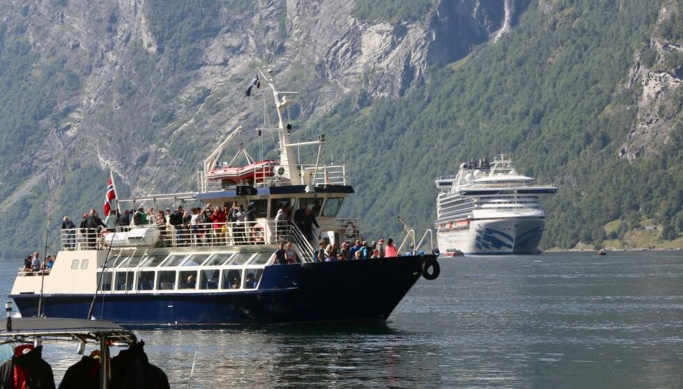 RETT I FJORDEN: Cruisepassasjerer går om bord i mindre charterbåter. For de små båtene gjelder ikke de strenge utslippskravene for kloakk. Foto: Odd Roar Lange/The Travel Inspector