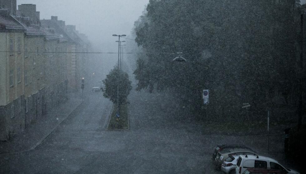 UVÆR: Dette bildet viser kraftig regnvær på Torshov i Oslo i slutten av juni. Foto: Christian Roth Christensen / Dagbladet