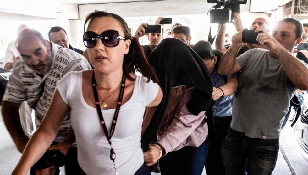 KYPROS: Her ankommer den britiske tenåringen retten i Kypros. Hun er mistenkt for å ha avlagt falske anklager om gruppevoldtekt. Foto: Iakovos Hatzistavrou / AFP / NTB Scanpix