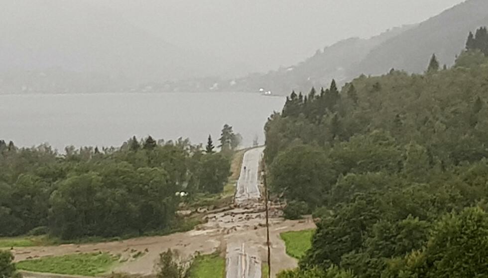 Jord- og steinras sperrer E39 flere steder, og mange hentes ut av lokale som hjelper med privatbåter. Foto: Sølvi Kobbeltvedt / NTB scanpix