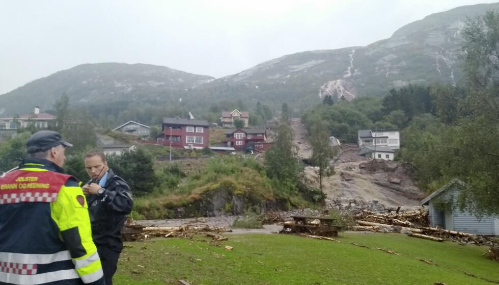 Nødetatene jobber med å varsle og evakuere folk fra vei og boliger langs den utsatte fjellsiden. Foto: Hallstein Dvergsdal / Firda Tidend / NTB scanpix