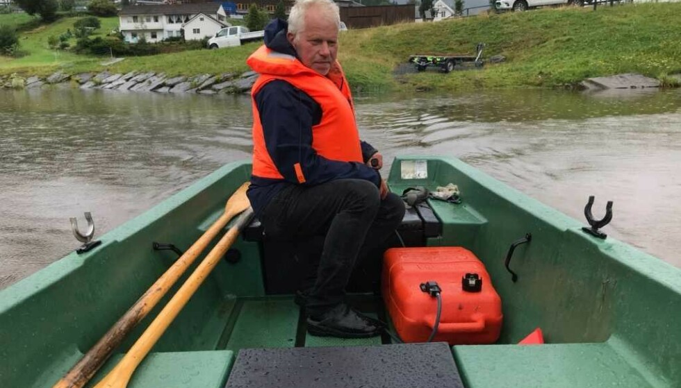 BÅTSKYSS: Harald Løtuft har hele dagen fraktet folk forbi rasstedet. 10 - 15 turer har det blitt så langt. Foto: Stig Roger Eide