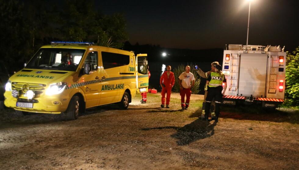 Nødetatene ved Hemnessjøen i Akershus natt til søndag etter at en 20-åring falt i vannet. Foto: Privat / NTB scanpix