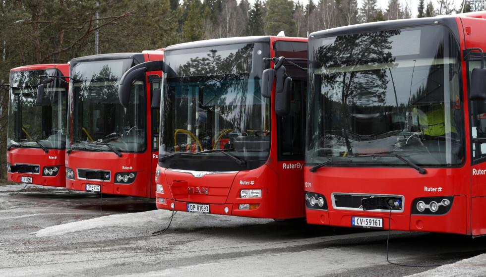 BUSS: Fra nyttår mister landets bussjåfører retten til skattefritt frikort fra arbeidsgiveren. Dette reagerer sjåførene på. Foto: Cornelius Poppe / NTB scanpix