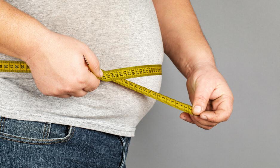 MAGEFETT: Kilo og centimeter henger som regel sammen, for mange er det på magen at fettet samler seg. Det er også her det er mest helseskadelig å ha ekstrakilo. Forskning viser at en vektreduksjon på 10 kilo i snitt fører til 10 centimeter smalere midje. Foto: NTB Scanpix