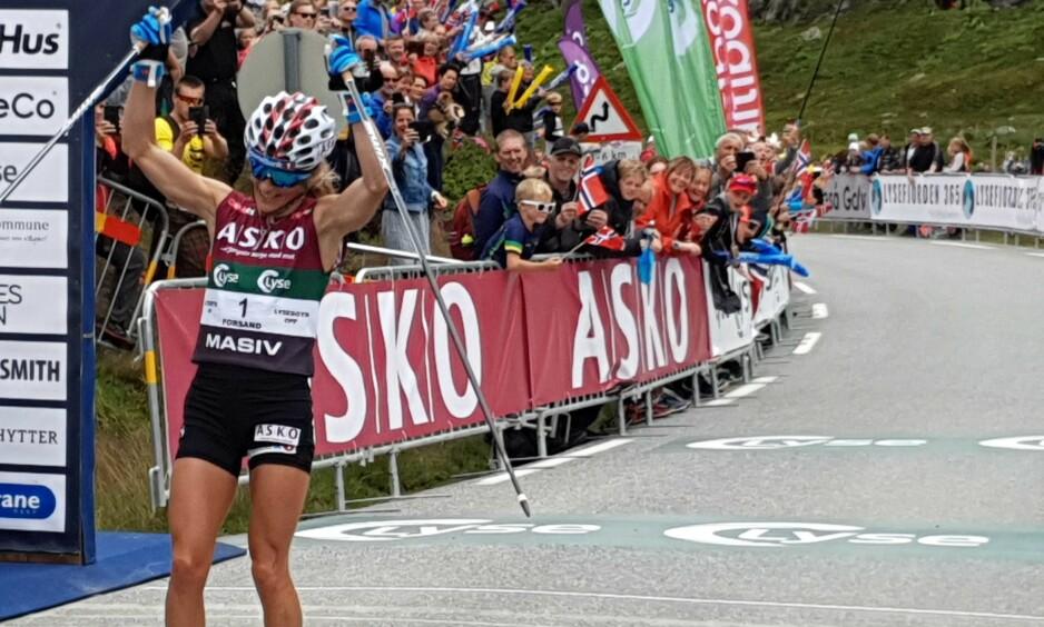 VANT: Therese Johaug viser sommerform på rulleski. Her gpr hun i mål under Lysebotn opp. Foto: Fredrik Stuve / Dagbladet
