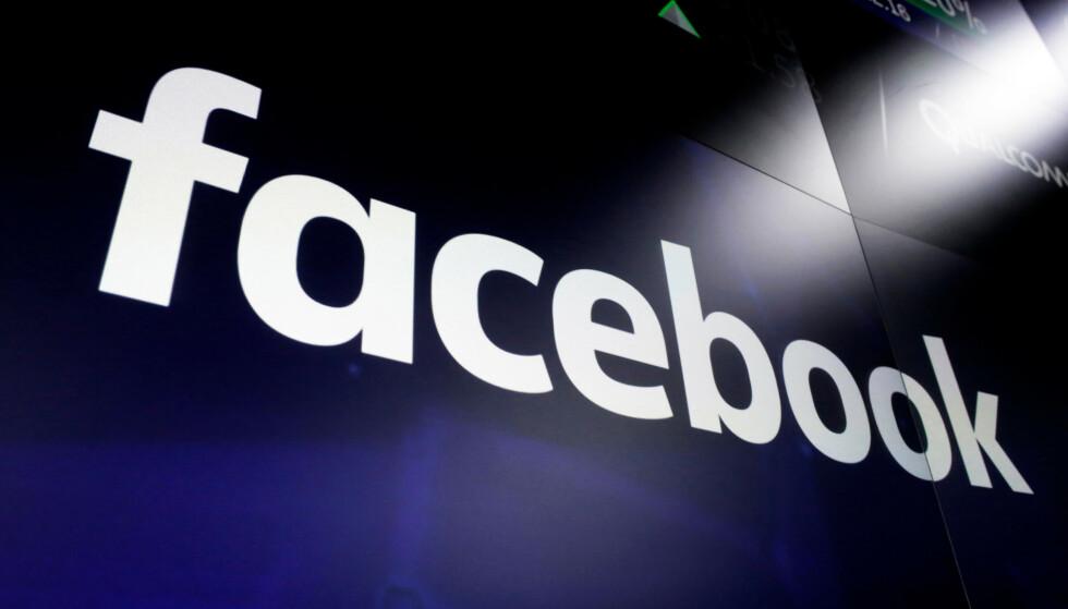 BRUKER FACEBOOK: Svindlere publiserer falske nyhetsartikler på Facebook. Arkivfoto: Richard Drew /AP Photo/ NTB Scanpix