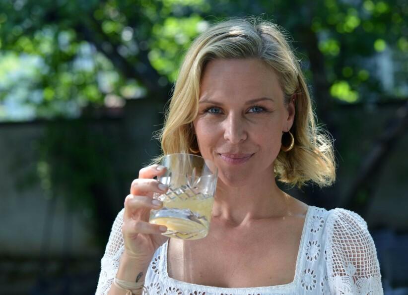 MERKET FORSKJELL: Vanessa Rudjord synes huden ble mer spenstig etter to måneder med daglig inntak av kollegenpulveret. Foto: Oslo Skin Lab