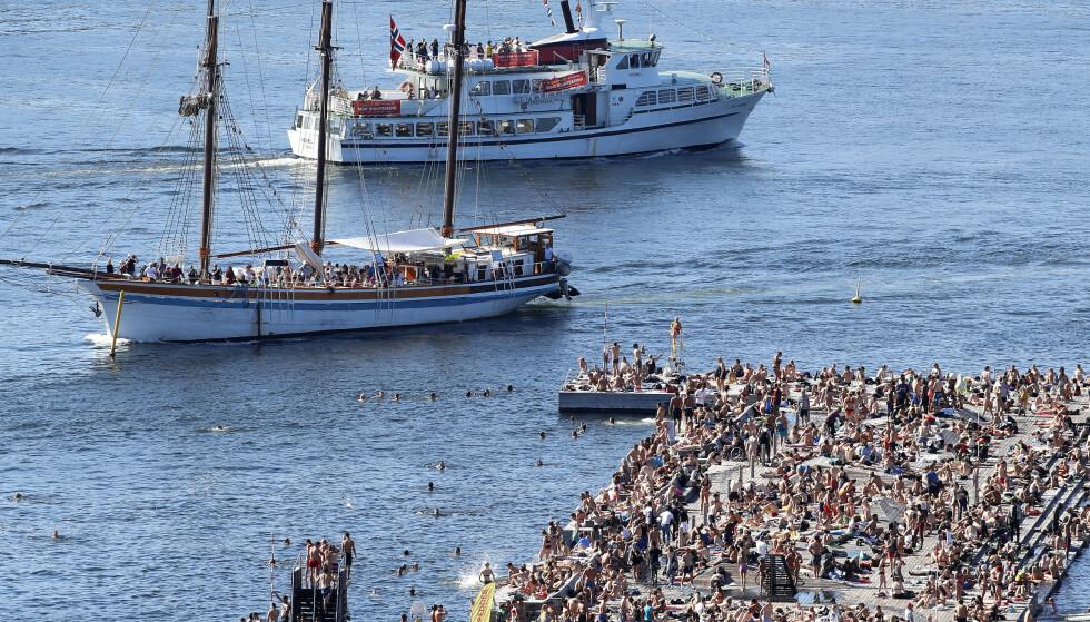 POPULÆRT: Bildene fra det overfylte Sørenga Sjøbad i Oslo er et utvetydig tegn på at mange Oslo-borgere ønsker seg tilgang til hav og horisont - og at det ikke er nok slike steder. Men Sukkerbiten kan ennå bli et sånt. Foto: Erik Johansen/NTB Scanpix.