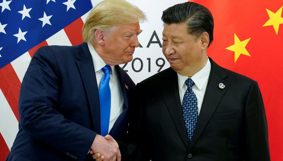 ANSTRENGT VENNSKAP: Frykt for handelskrig har i dag fått børsene til å falle bratt etter president Donald Trumps tweet igår om forhøyede tolltariffer for kinesiske varer. Her med Kinas president Xi Jinping under G20-møtet i Osaka i Japan 29. juni. Foto: NTB/Scanpix/REUTERS/Kevin Lamarque