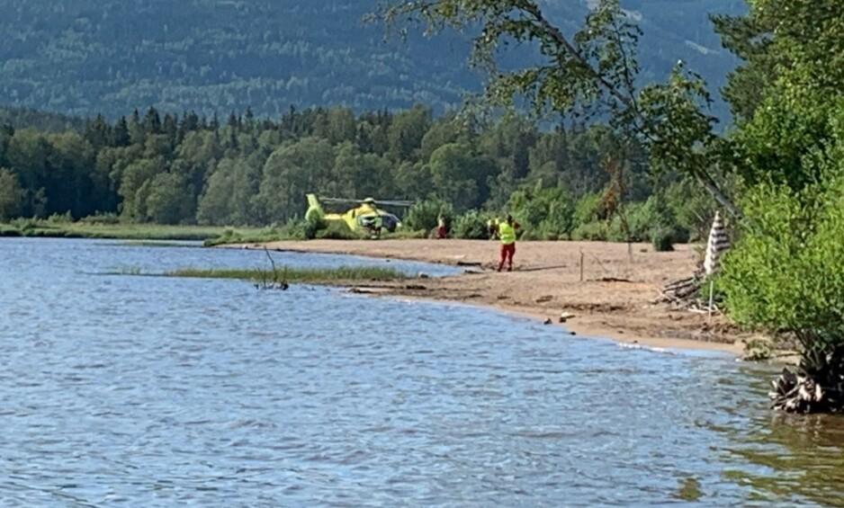 STOR LETEAKSJON: En mann i 30-åra skal ha falt ut av en båt i Hurdalssjøen Hurdal i Akershus. Mannen omkom i ulykken. Foto: Christina Honningsvåg.